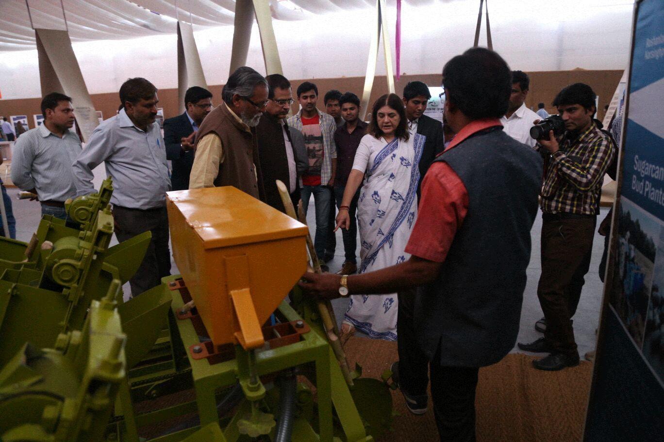 एक्सपो में केंद्रीय मंत्री मेनका गांधी, रोशनलाल की बनाई मशीन का डेमो देखते हुए