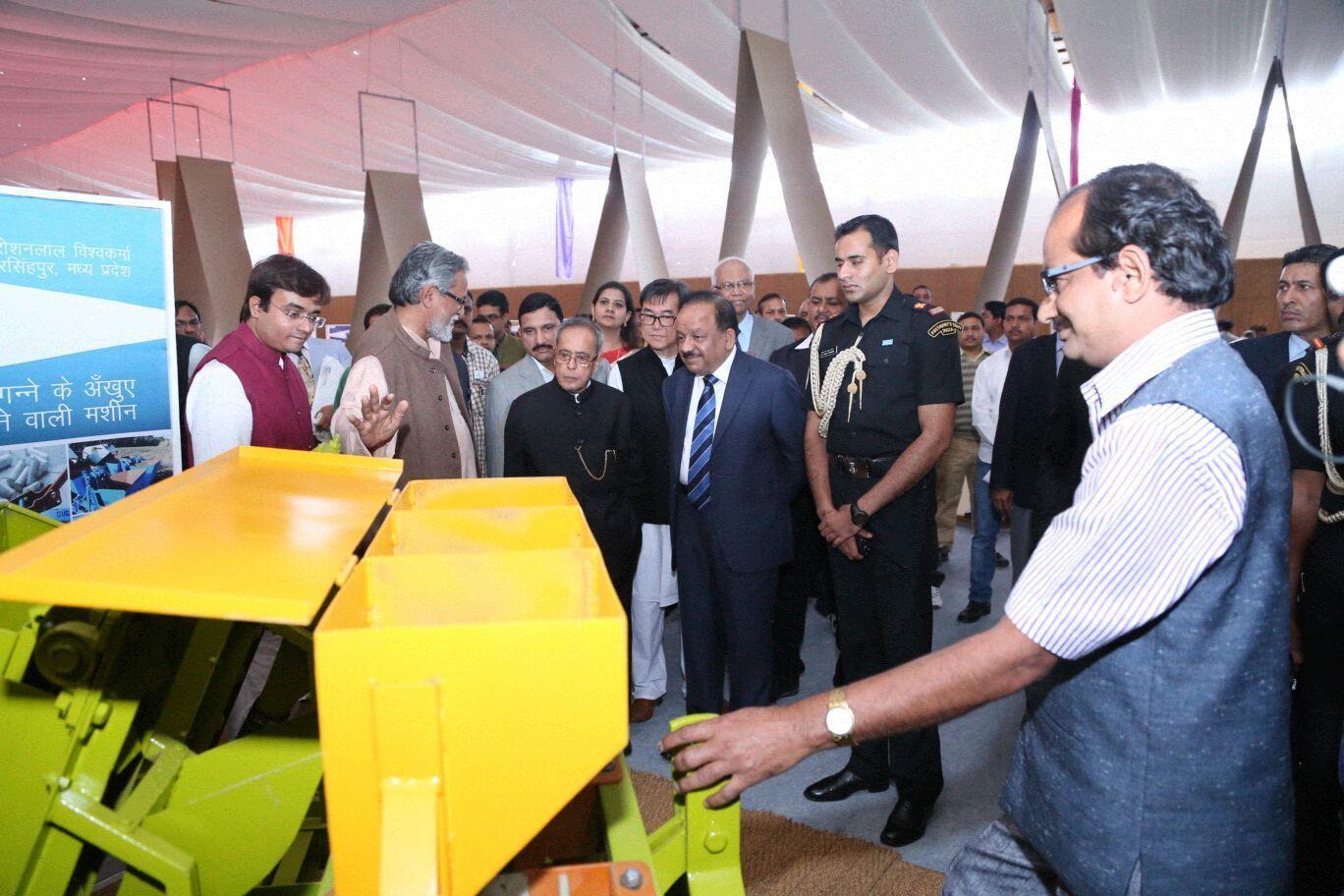 एक्सपो में रोशनलाल की गन्ने की खेती के काम आने वाली मशीन देखते हुए राष्ट्रपति प्रणब मुखर्जी